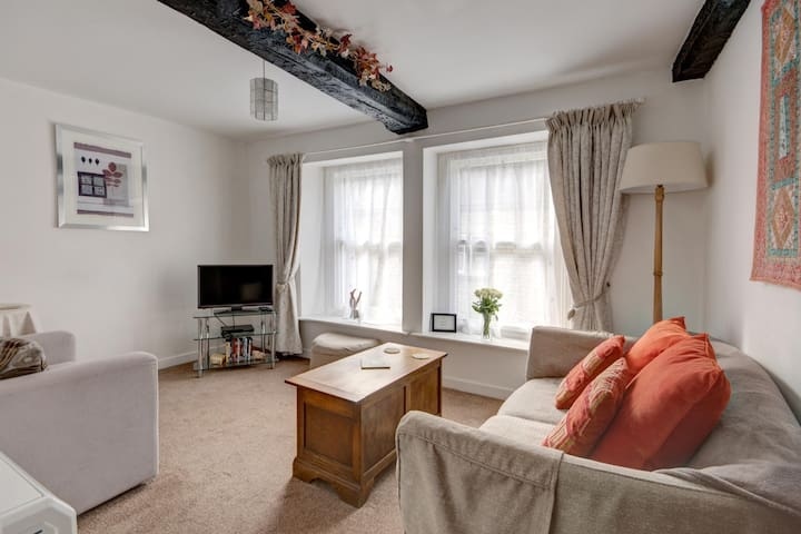 This cosy, first floor apartment, in a quiet street in Cirencester is a top pick for your stay