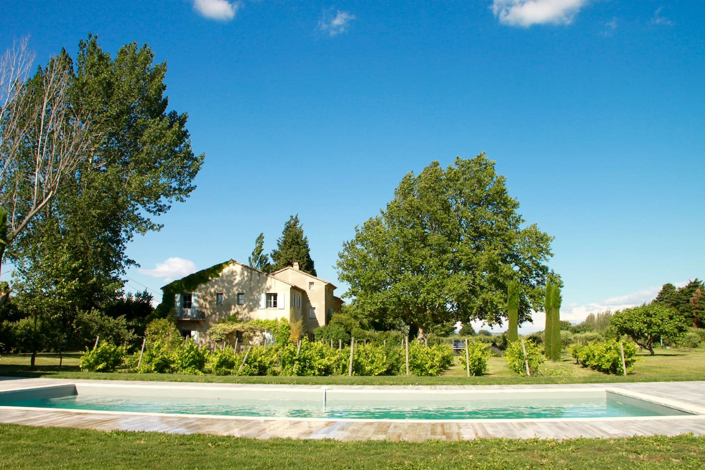 Le Mas des peupliers nested between vineyards and apple orchards