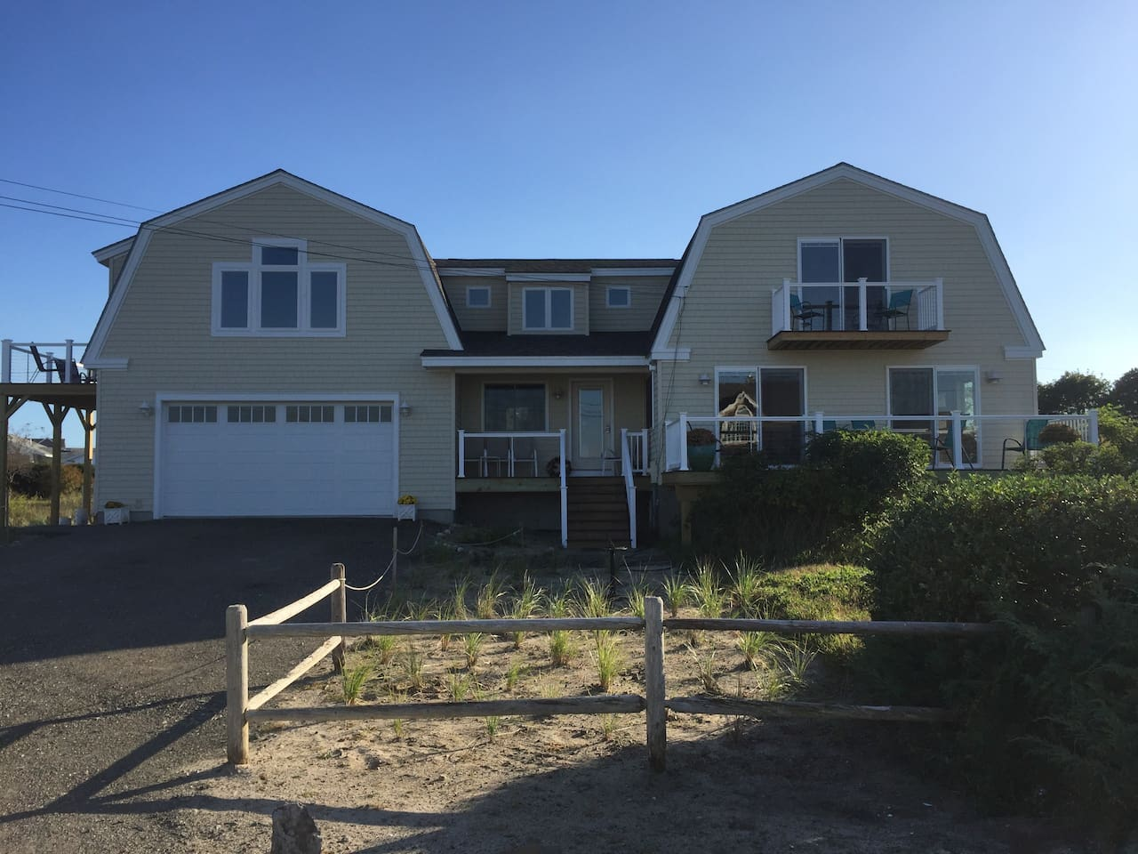 Newly renovated I harbor view  3 bedroom 2 1/2 bath home, walk to beaches, lobster pound and restaurants.