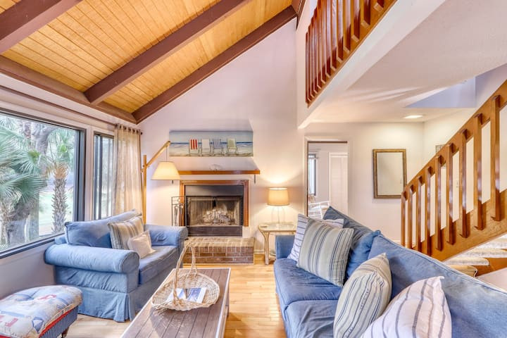 Comfy Cottage w/ Shared Pool, WiFi, Central AC, Private Washer/Dryer, Golf Views