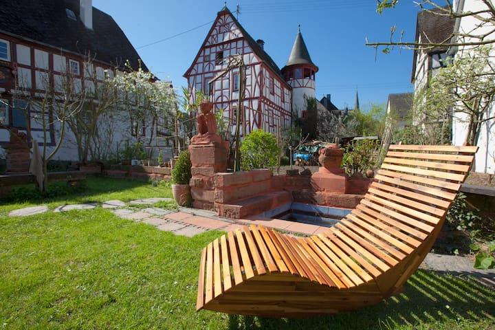 Romantischer Garten mit Liegemöglichkeit und Moselblick