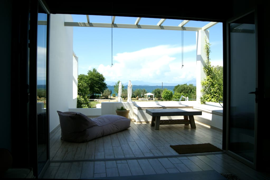 Private veranda with pool and sea view / Ιδιωτική βεράντα με θέα την πισίνα και τη θάλασσα