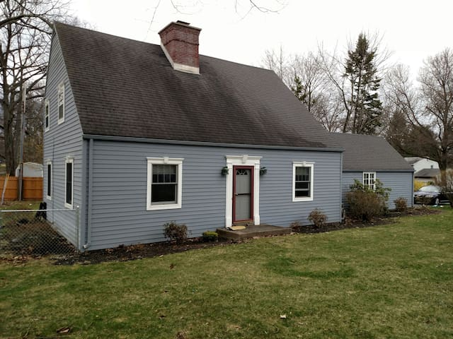 Well maintained home fenced in yard - Niskayuna - Huis
