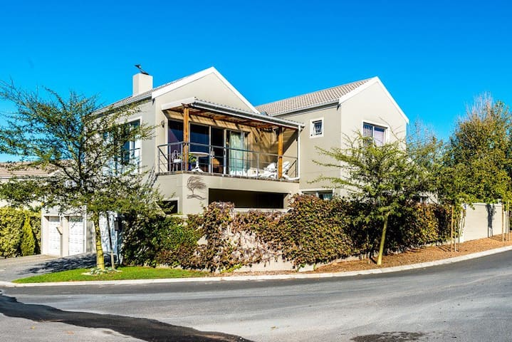 Vredekloof Heights modern house - Cape Town - House