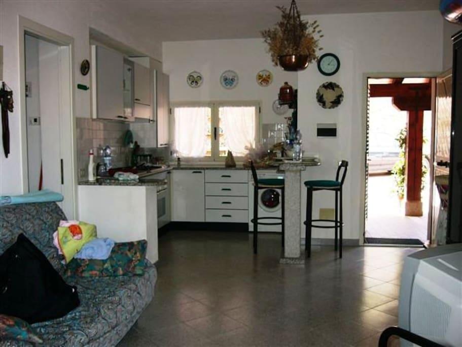 Living, angolo cottura, lavastoviglie e lavabiancheria
