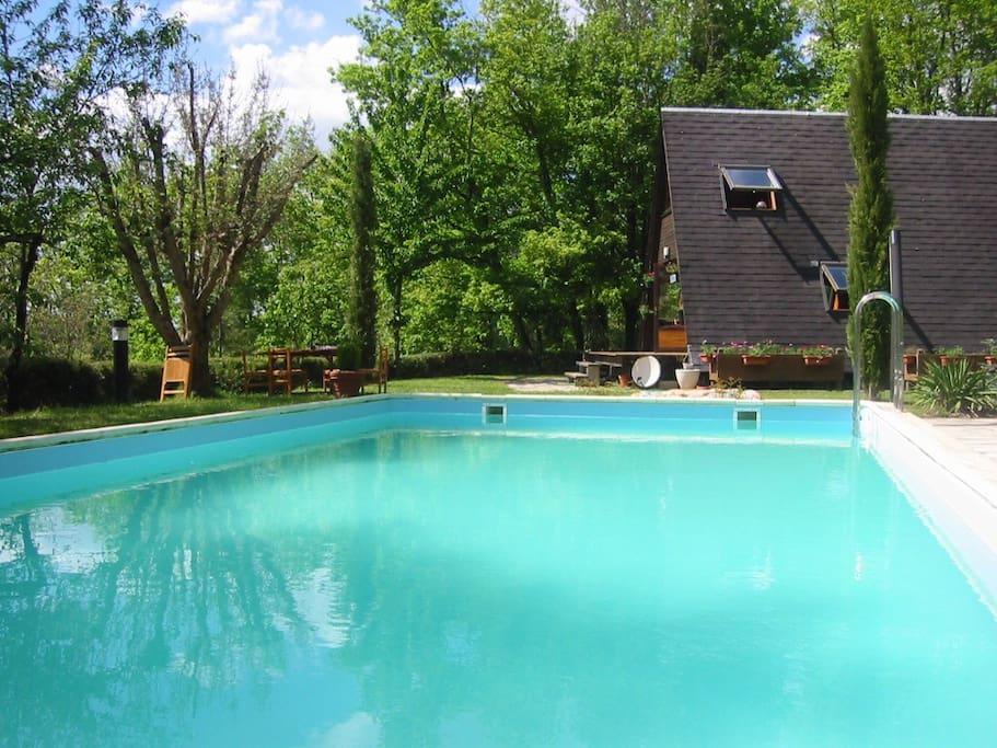 La piscine de 10x5m peut être couverte et chauffée en mi-saison