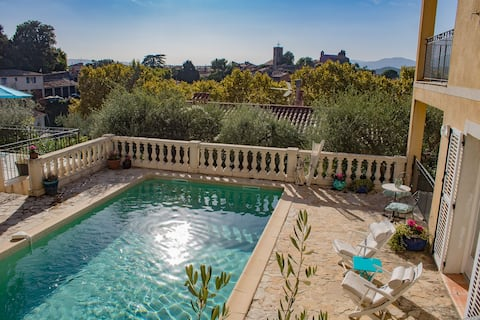 HEATED POOL & VIEW/ PARKING/ 3 MIN WALK TO CENTER