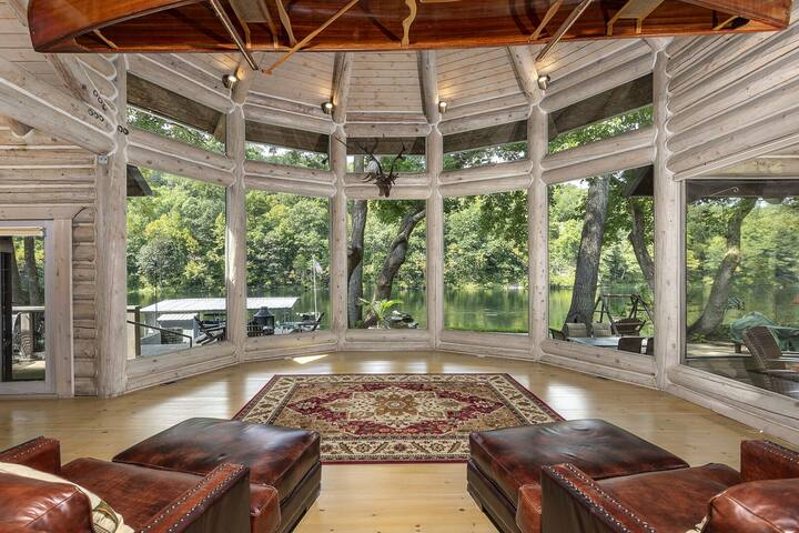 Private Luxury LAKEFRONT Lodge~BREATHTAKING VIEW~3 Master Suites~Hot Tub~Kayaks
