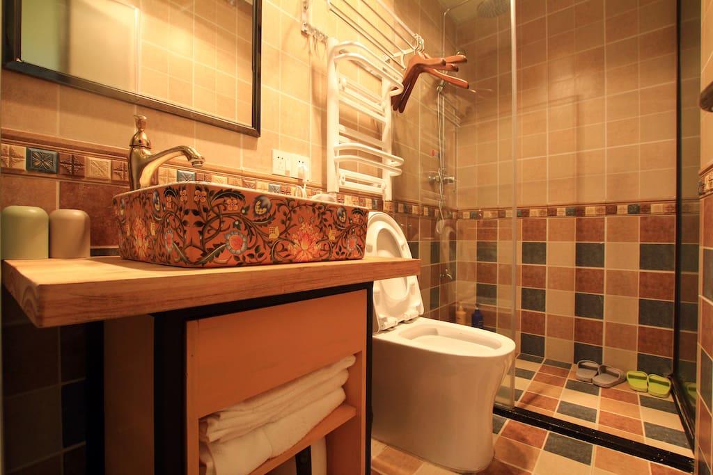 """房间号:3201房    床型:一张1.8米大床      楼层:2楼     面积:约17平方    【客栈温馨的服务、星级舒适床品、高速光纤WIFI全覆盖、静音冷暖空调、24小时无限量热水供应、干湿分离的浴室、快捷门禁系统、吹风机、保温烧水壶、浴巾、洗漱用品等配套齐全】,让您拎包即可入住。此房型在2楼,虽然不大,但该有的都有,非常舒适~~订好房间后,如需到店路线和旅游攻略,欢迎加WX:""""zengcuoan""""咨询,有问必答哦~~"""