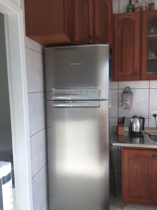 Cozinha equipada com geladeira, liquidificador, sanduicheira