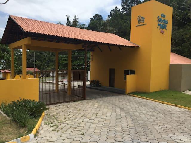 Casa em condomínio fechado na praia laranjeiras