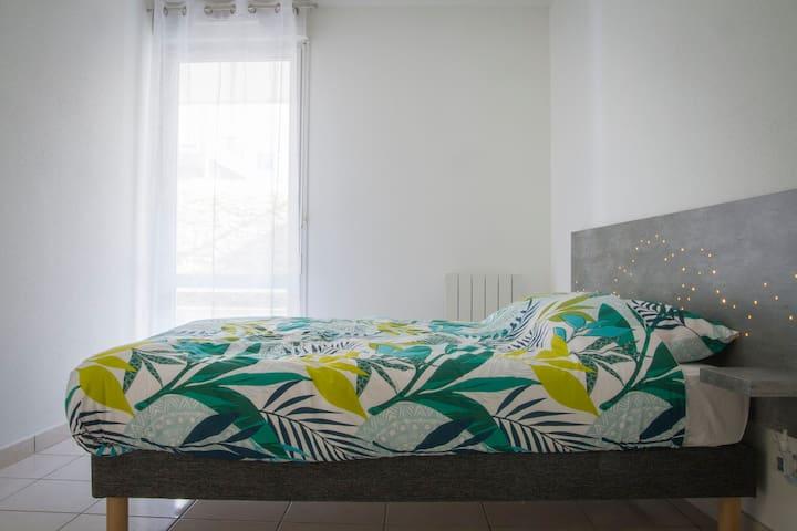 Une chambre lumineuse le jour, étoilée la nuit, un matelas Bultex 140 x 190 pour vous accompagner confortablement dans vos rêves.