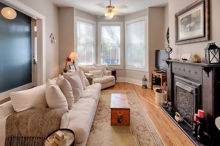 Cozy condo retreat on beautiful Crawford Square in historic Savannah!