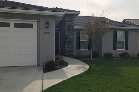 Convenient and quiet Wagon Wheel suite - Tulare - House
