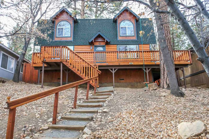 Mountain Vista Cabin, Spa, Fireplace, Walk to Forest!