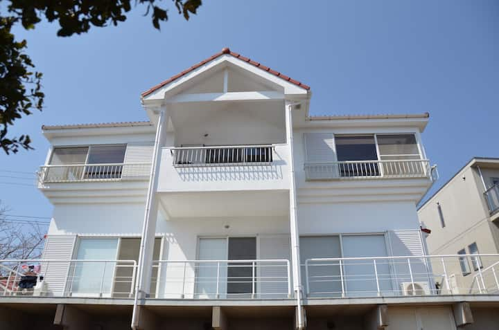 Spacious 4 bedroom house w. garden and office.