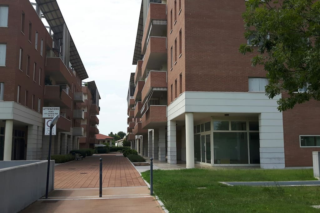Esterno. L'appartamento si trova in un contesto tranquillissimo. Vialetti pedonali e aiuole fanno da cornice alle abitazioni.