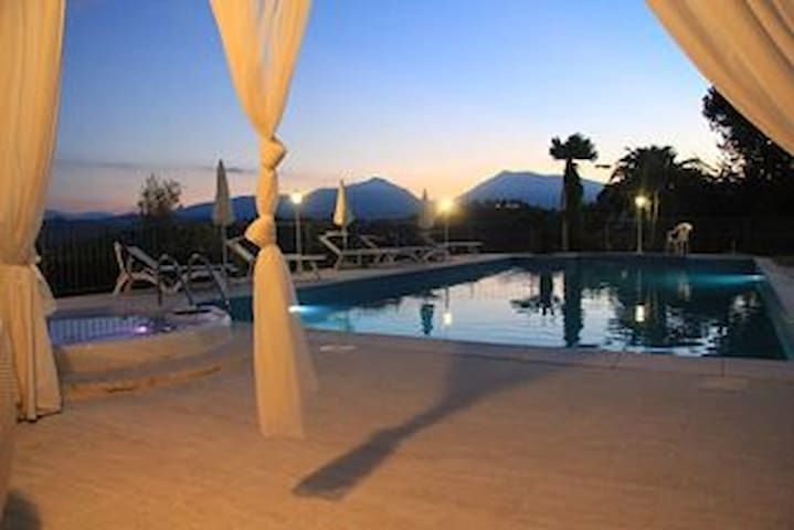 WONDERFUL VILLA WITH HEATED POOL FOR GROUPS - Case Alte - Villa