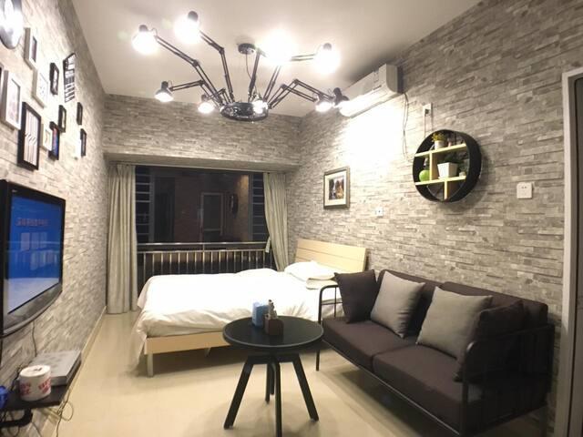 居佳公寓(京基100店)位于京基100大厦c栋3单元13m,邻近东门和华强北,地王大厦大剧院荔枝公园