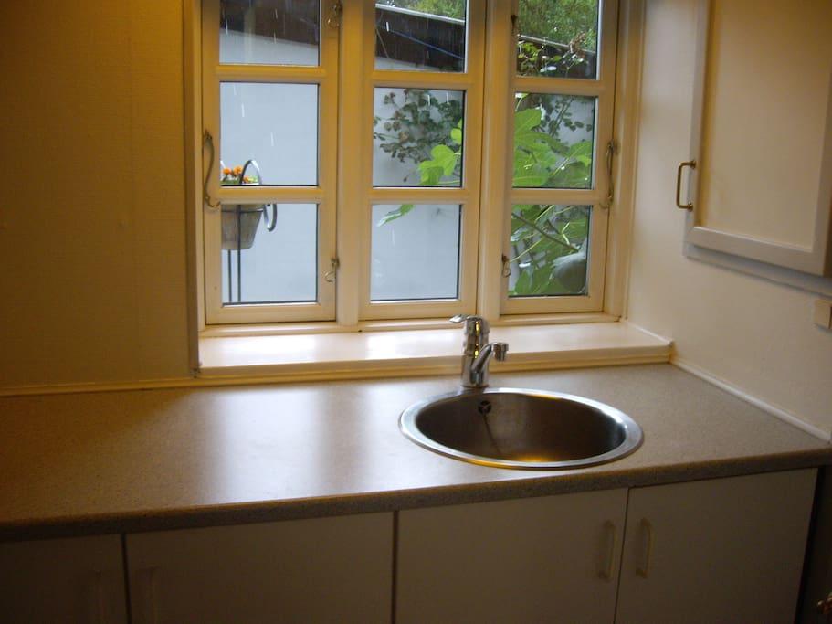 Veludstyret køkken med kogeplader, ovn samt mikroovn og elkedel