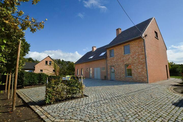 Casa indipendente con ampio giardino a Anversa