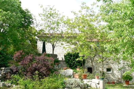 Pretty stone house with private pool and grounds - Labeaume - 独立屋