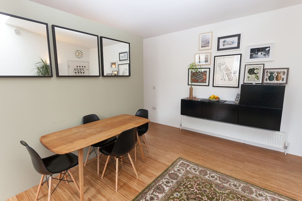 Living area / dining table