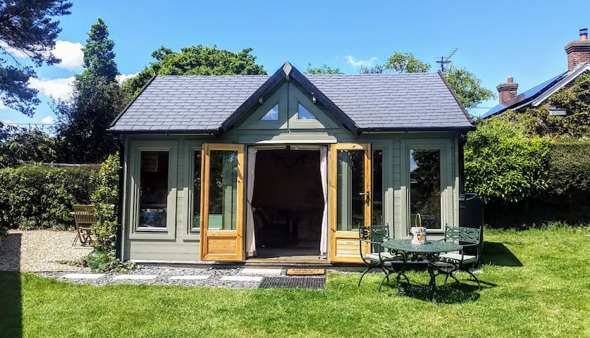 """Cosy """"Moonrise Lodge"""" New Forest & Sea 5 min away"""