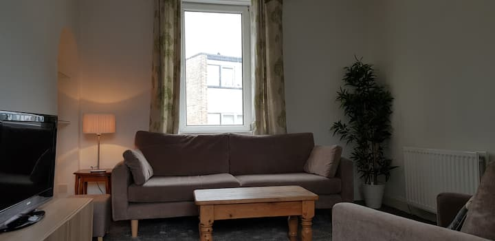 Modern cosy furnished flat close to train station.