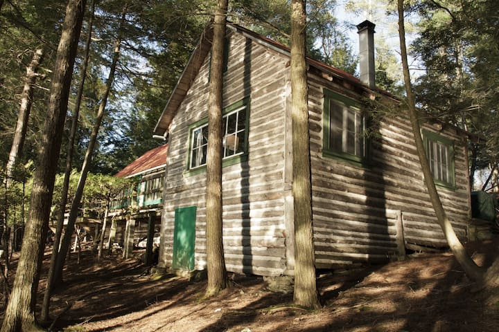 Rustic Lakeside Cabin in the Woods - Stanstead - Houten huisje