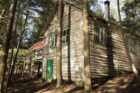 Rustic Lakeside Cabin in the Woods - Stanstead - Srub