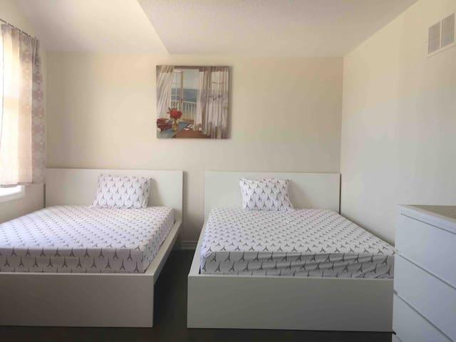 Private room Beautiful  Place in Hamilton- Hannon