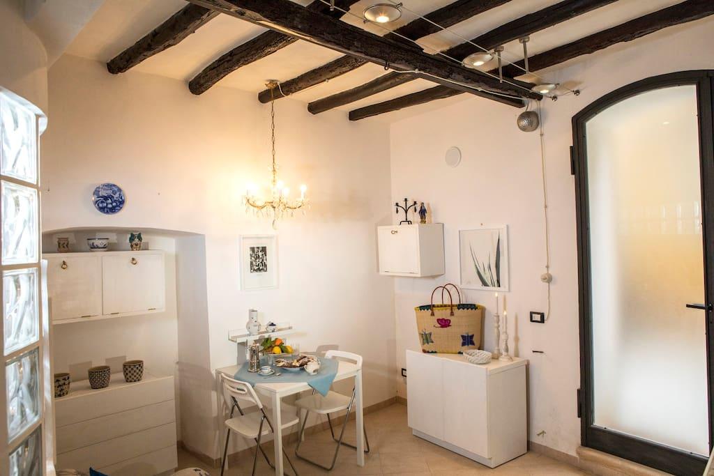 L'appartamento è composto da soggiorno cucina, bagno, una camera da letto e due splendide grotte. La grotta più piccola è stata attrezzata ad uso ripostiglio e ospita la lavatrice, l'altra per poter godere del fresco durante le calde giornate estive.