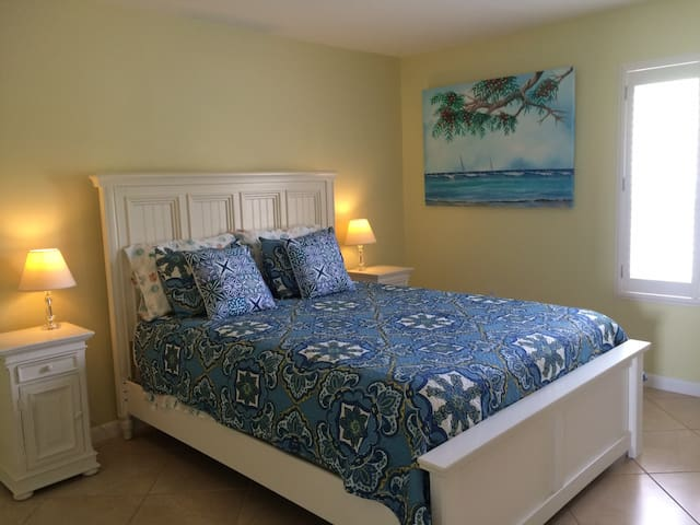 master bedroom queen bed