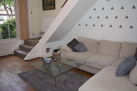 Lovely Split Level Apartment - Redhill