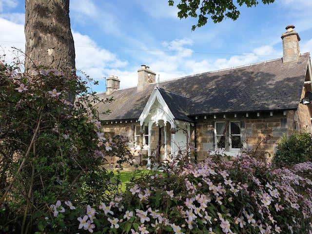 Traditional cottage - wood burner & private garden