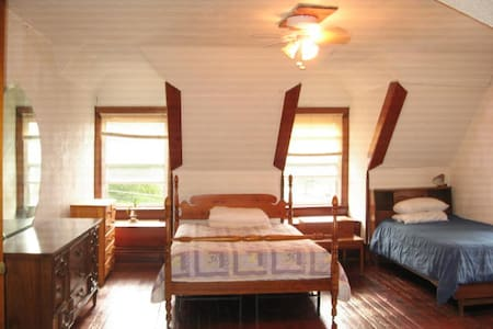 Private Room with Two Beds and a Sofa Bed - New Castle - Casa