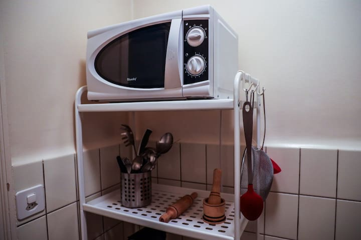 Meuble de cuisine avec utensiles