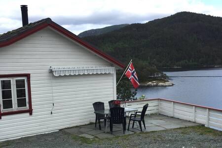 Praktisk hytte like ved fjorden