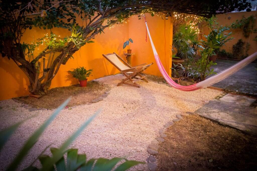 Zona de descanso en patio. Vegetación tropical . Bugambilia, orquideas y bromelias.