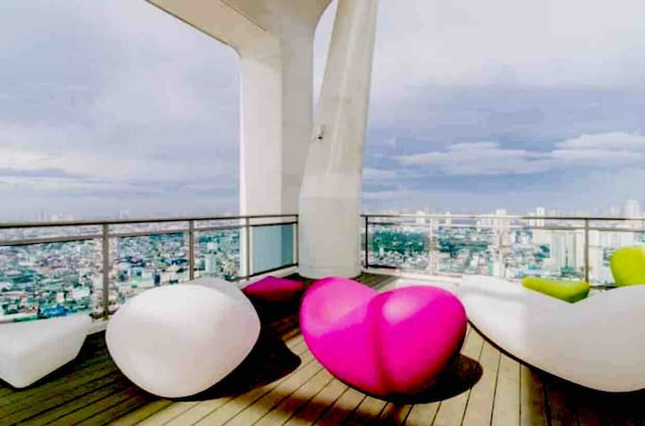 Cozy Staycation 46F CondoSuite w/ WiFi near Makati