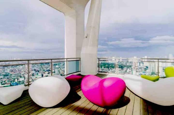 Cozy Staycation 46F CondoSuite w/ WiFi near Makati