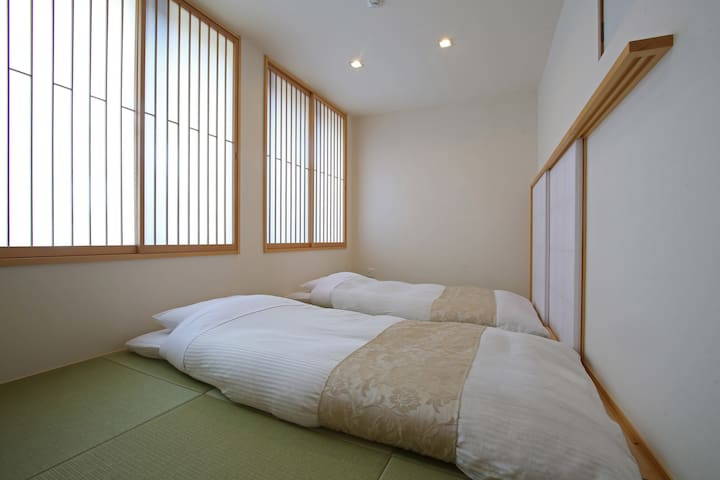 Bedroom with thick futon beds(Up to 3 people) 和モダンベッドルーム(最大3名)