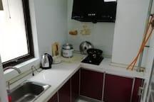 厨具及灶具免费使用,厨房的卫生需要自己去打扫。如需要保洁每次30-50元人民币