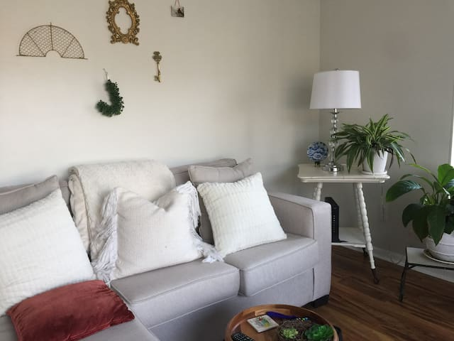 Snug 1-Bedroom in Royal Oak