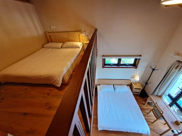 独栋别墅三层Loft阁楼亲子房,一室一卫,观光阳台,连绵山景,早餐,住四人。