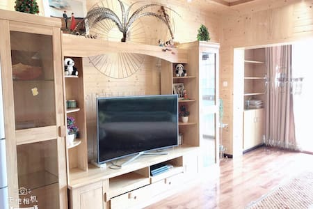 香巴拉旅游观光小镇三室两厅一厨两卫藏式装修、三张大床、游戏机、可做饭、停车方便、有游戏机、可带宠物。