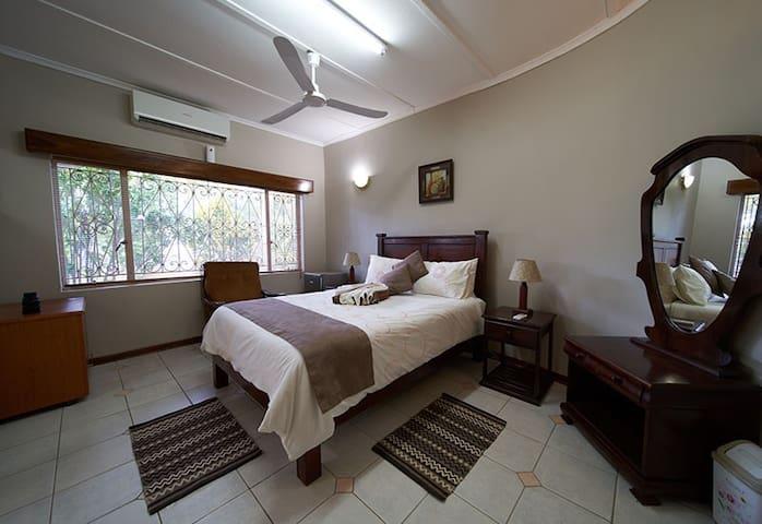 Zambezi Family Lodge - Lion Room