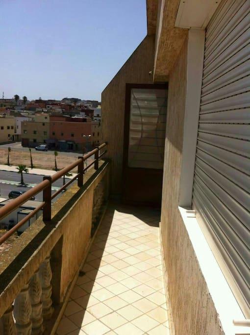 Une vue panoramique du premier balcon sur l'avenue principale de la ville d'azemour