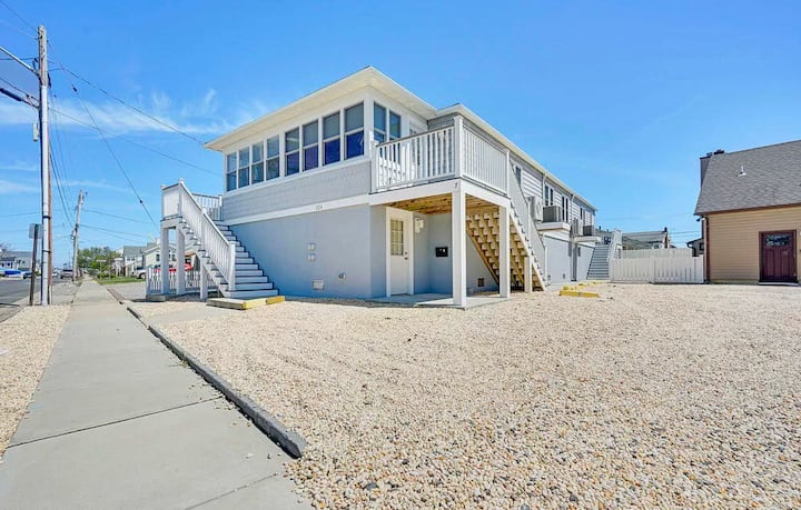 Beautiful 2 bedroom condo steps from beach!